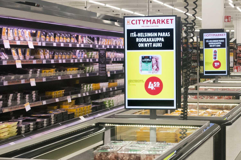 K-Citymarket Eastonin kylmäaltaissa mainoksia esittävät siirreltävät, omalla jalalla seisovat digitaaliset näytöt