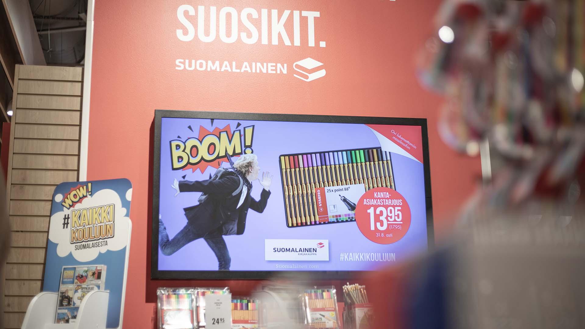 EWQ:n digitaaliset näytöt esittävät tarjouksia Suomalaisessa Kirjakaupassa.