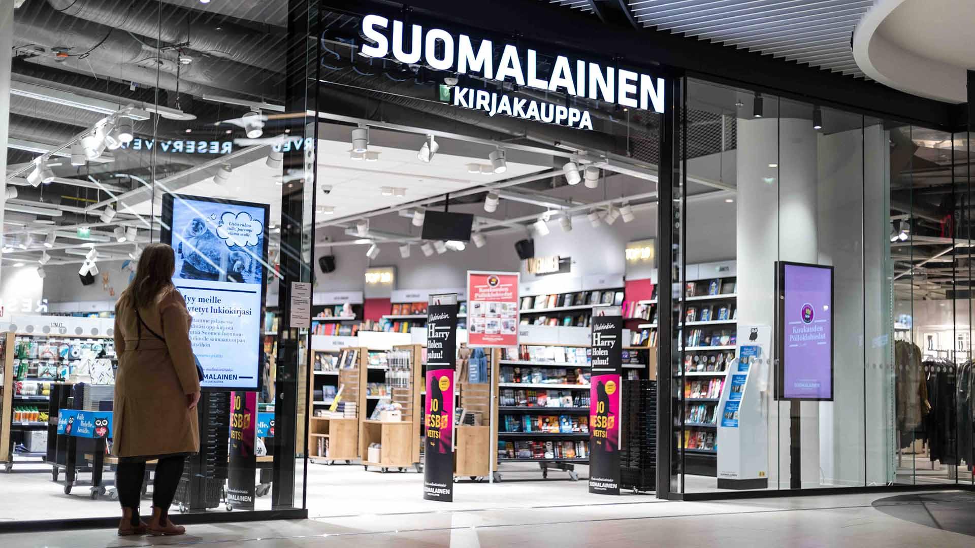 Suomalaisen Kirjakaupan ikkunoissa sijaitsevat EWQ:n infonäytöt herättävät ohikulkijoiden huomion.