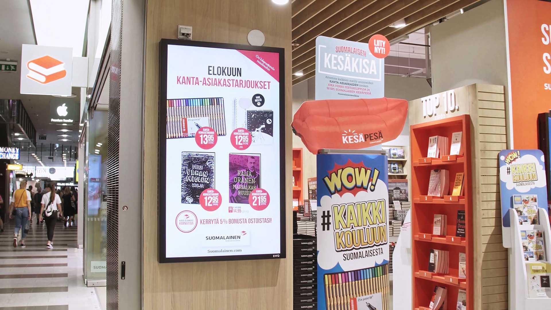 EWQ:n digitaaliset näytöt esittävät Suomalaisen Kirjakaupan houkuttelevaa mainonstaa Kampin käytävälle.