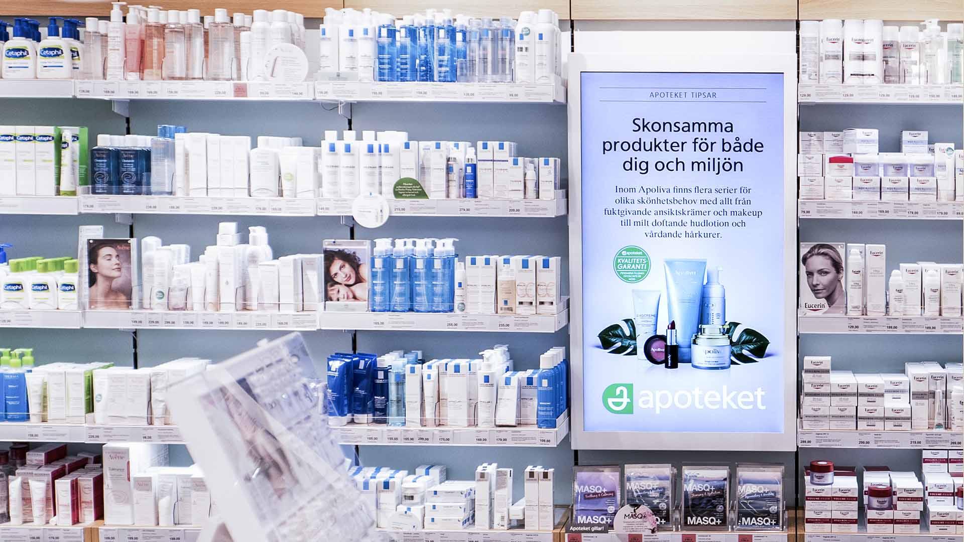 EWQs digitala skärmar presenterar marknadsföringskampanjer i Apotekets butiker.