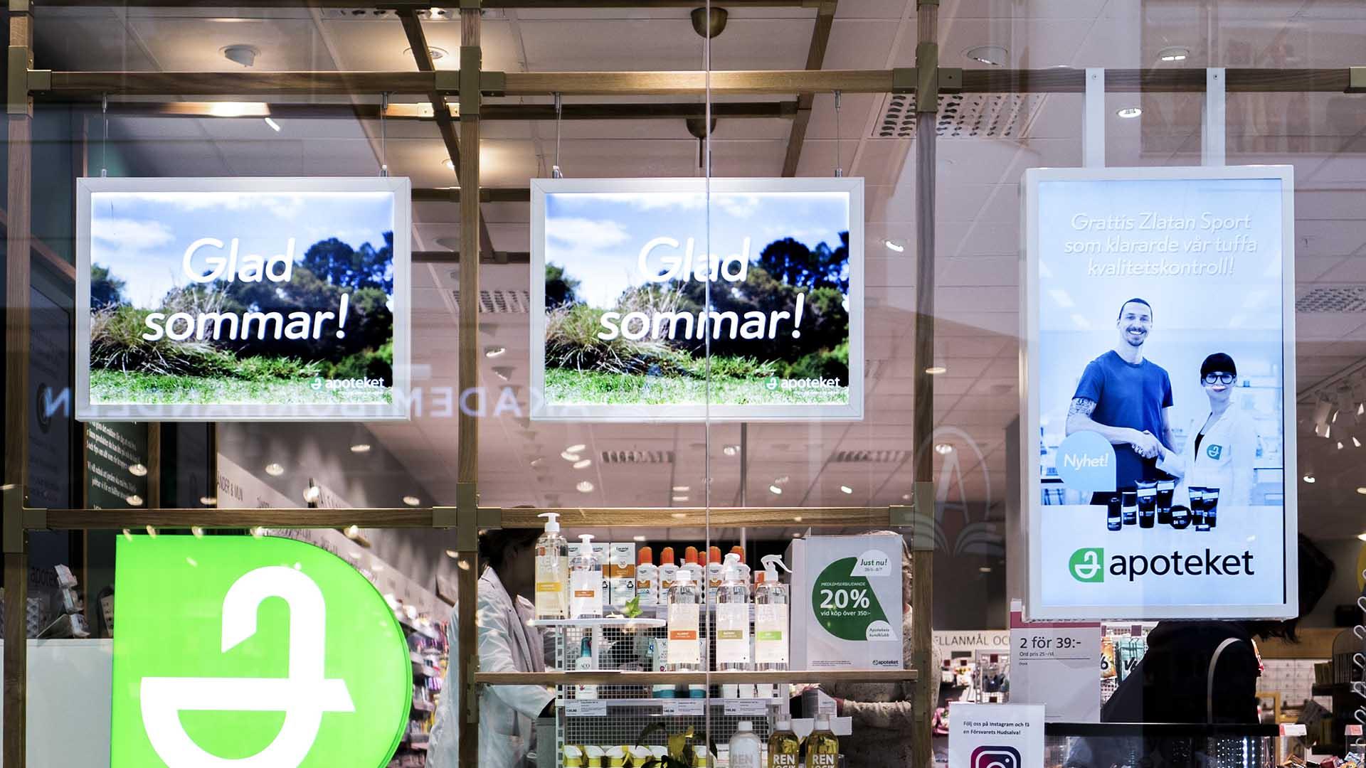 EWQs digitala skärmarna i Apotekets fönster visar aktuella annonser.
