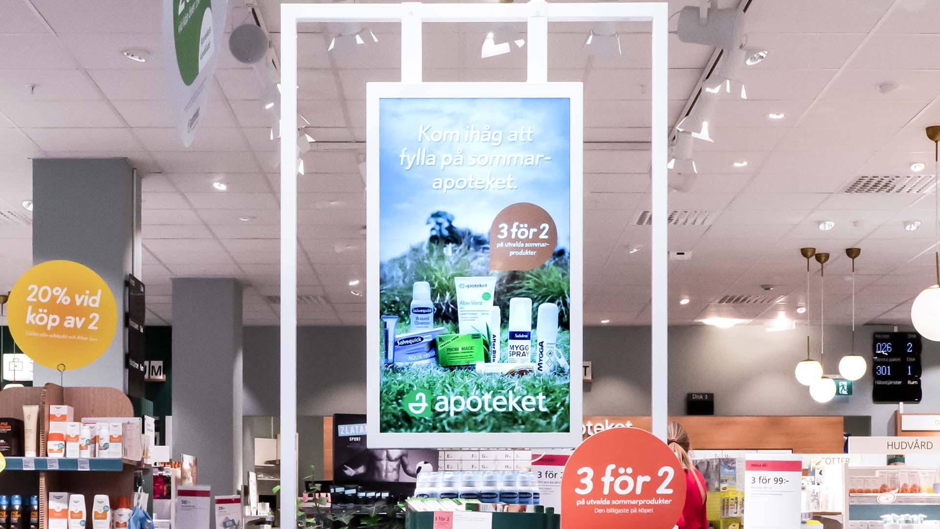 Den rörliga bilden av EWQs digitala skärmar väcker uppmärksamhet vid Apotekets kampanjbord.