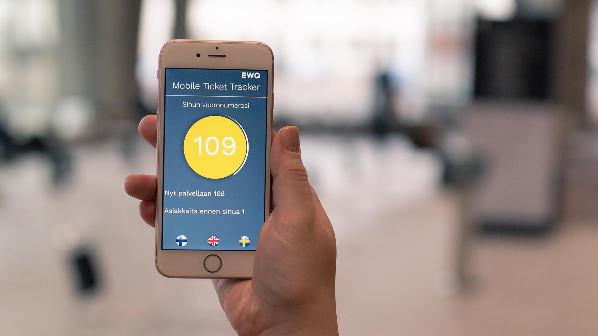 EWQ Jonottomat Palvelut toimii puhelimessa, josta voi seurata oman vuoronsa editysmistä.