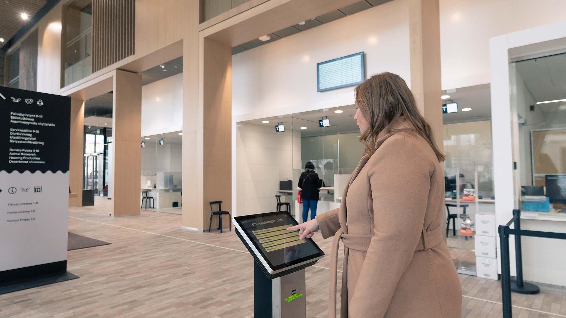 EWQ-Touch lippuautomatti sijaitsee näkyvällä paikalla Kaupunkiympäristötalon aulassa, mistä asiakkaan on helppo valita vuoronumero.