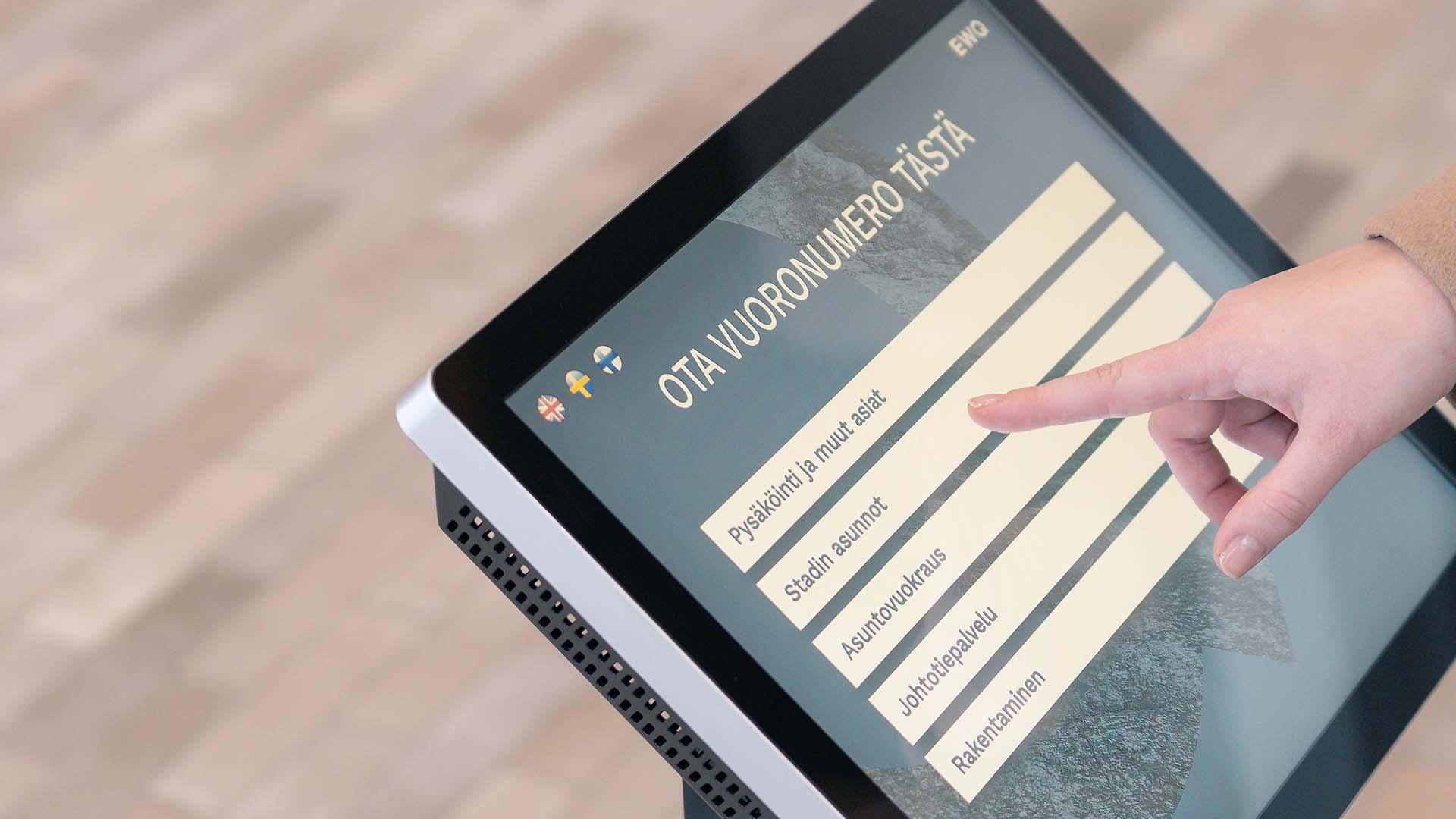 EWQ-Touchin näyttö esittää Kaupunkiympäristötalon palveluryhmiä.