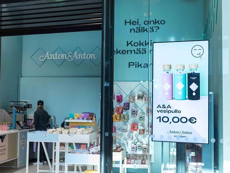 EWQ Digitaalinen näyttö esittää houkuttelevaa tarjousta Mall of Triplan käytävällä