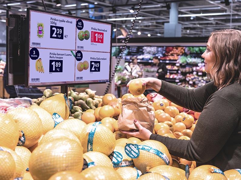 Vaakanumero, tarjoukset ja tuotetiedot näkyvät digitaalisilta näytöiltä selkeästi.
