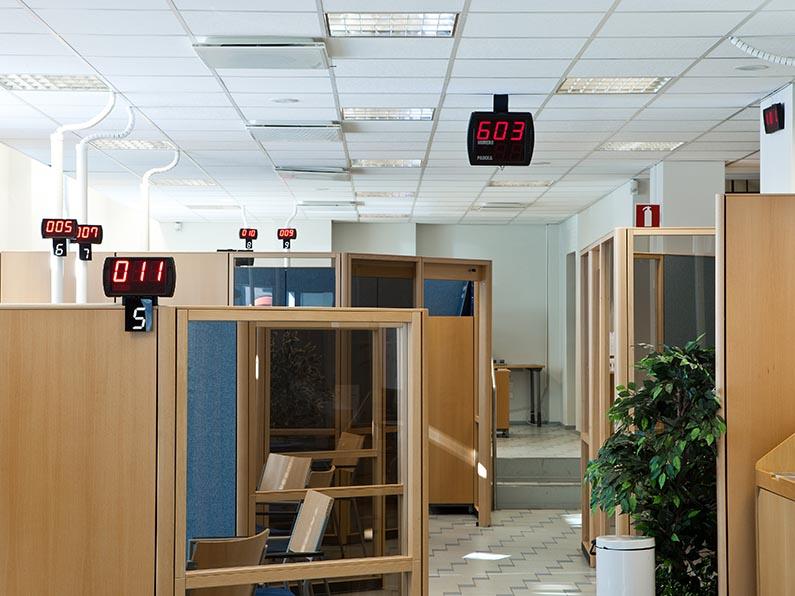 EWQ:n jonotusratkaisut ja vuoronumeronäytöt ohjaavat asiakasta oikealle palvelupisteelle